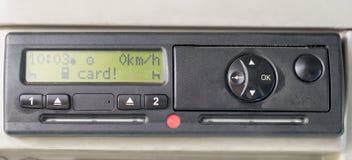 A exposição do taqueômetro de Digitas lê o CARTÃO Nenhum cartão introduzido no dispositivo Introduza o cartão dos motoristas Nenh foto de stock royalty free