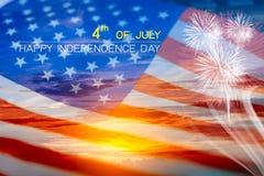 Exposição dobro da bandeira dos EUA no céu e no fogo de artifício do por do sol com o 4o de Foto de Stock Royalty Free