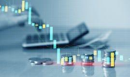 Exposição dobro da carta financeira do gráfico e fileiras das moedas com a calculadora para o conceito da finança e do negócio ilustração do vetor