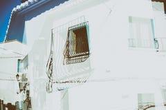 Exposição dobro da cidade velha com casas brancas e as portas azuis como um fundo abstrato fotos de stock