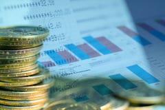 Exposição dobro da indicação, do gráfico e das fileiras das moedas para o financ fotografia de stock
