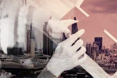 exposição dobro da mão do homem usando auriculares de VOIP com tabl digital Fotografia de Stock