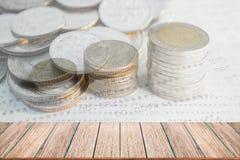 Exposição dobro da pilha das moedas do dinheiro para o conceito da finança e da operação bancária fotos de stock