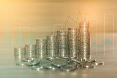 Exposição dobro de pilhas da moeda para o conceito da finança e da operação bancária com gráfico dos estrangeiros e fundo da arqu Fotos de Stock