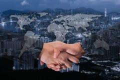 Exposição dobro de um aperto de mão do homem de negócios no mundo Carto global Fotografia de Stock Royalty Free