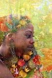 Exposição dobro de uma jovem mulher com as flores coloridas em seu cabelo fotos de stock