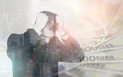 Exposição dobro do homem de negócio no esforço sobre edições financeiras, imagens de stock royalty free