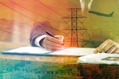 A exposição dobro do homem de negócios assina um contrato com arquitetura da cidade, eletricidade de alta tensão e avião Imagens de Stock