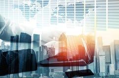 Exposição dobro do homem de negócios do sucesso que usa o portátil com la da cidade Imagem de Stock