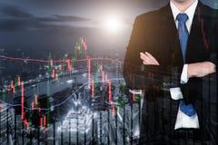 A exposição dobro do homem de negócios e o mercado de valores de ação de troca representam graficamente fotos de stock royalty free