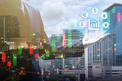Exposição dobro do homem de negócios que guarda a moeda virtual com cit imagem de stock royalty free