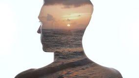 Exposi??o dobro do homem e do por do sol oce?nico bonito Exposi??o dobro de ondas do homem e do mar filme