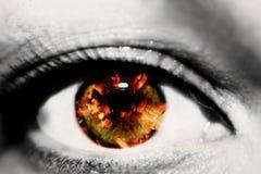 Exposição dobro do olho fêmea do close up e dos carvões vermelhos quentes da lenha fotos de stock