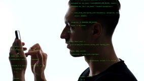 Exposição dobro do programador do homem que usa o smartphone com código verde nele App do desenvolvimento de conceito para um sma filme