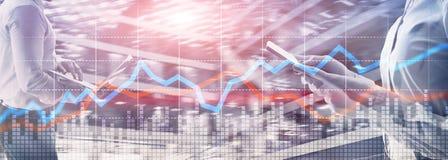 Exposição dobro financeira de tela virtual do gráfico do conceito do investimento de troca do negócio foto de stock royalty free