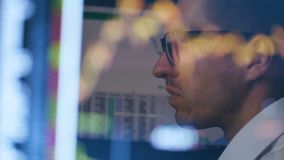 Exposição dobro: homem de negócios que trabalha no computador com diagrama Reflexão no monitor: Funcionamento do homem em um port filme