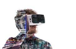 Exposição dobro Homem que veste óculos de proteção da realidade virtual Cidade da noite Imagem de Stock