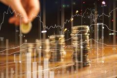 Exposição dobro Mão que guarda a moeda dourada do gráfico imagem de stock