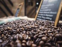 Exposição dos feijões de café com placa do preto do sinal na loja do mercado Imagem de Stock Royalty Free