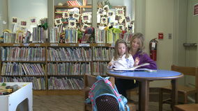 Exposição dos livros na seção das crianças na biblioteca filme