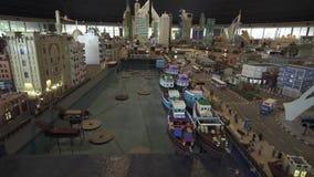 A exposição dos modelos Deira e Dubai Creek feitos de Lego remenda em Miniland Legoland no estoque dos parques e dos recursos de  video estoque