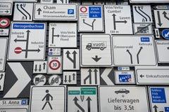 Exposição dos sinais de tráfego na parede exterior do museu suíço do transporte na lucerna, Suíça Foto de Stock