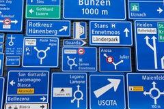 Exposição dos sinais de tráfego na parede exterior do museu suíço do transporte na lucerna, Suíça Imagem de Stock