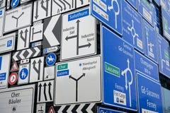 Exposição dos sinais de tráfego na parede exterior do museu suíço do transporte na lucerna, Suíça Foto de Stock Royalty Free