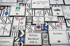 Exposição dos sinais de tráfego na parede exterior do museu suíço do transporte na lucerna, Suíça Fotografia de Stock