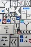 Exposição dos sinais de tráfego na parede exterior do museu suíço do transporte na lucerna, Suíça Fotos de Stock