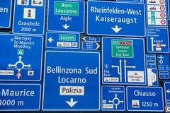 Exposição dos sinais de tráfego na parede exterior do museu suíço do transporte na lucerna, Suíça Imagens de Stock