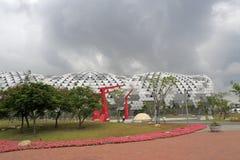 Exposição e centro de convenções de Kaohsiung sob nuvens escuras Fotografia de Stock Royalty Free
