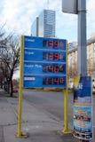 Exposição eletrônica dos preços da gasolina e do combustível diesel em postos de gasolina Foto de Stock Royalty Free