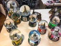 Exposição específica dos globos da neve de Paris em Galeries Lafayette, Paris, França Foto de Stock Royalty Free