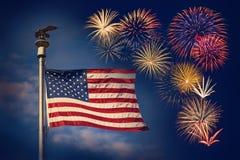 Exposição festiva dos fogos-de-artifício com bandeira americana Fotografia de Stock