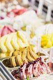 Exposição italiana do gelado do gelatto do gelato na loja fotos de stock