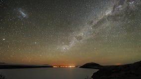 A exposição longa constante maravilhosa do lapso de tempo disparou do céu noturno da luz do norte com seascape brilhante lento do vídeos de arquivo