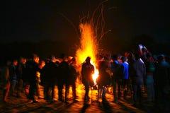 Exposição longa da noite surpreendente do fogo do acampamento, borrão de movimento Fotos de Stock Royalty Free