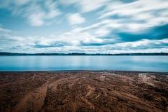 Exposição longa da praia na mola Imagens de Stock