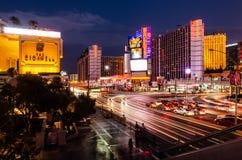 Exposição longa da tira da interseção/estrada do leste do flamingo em Las Vegas imagem de stock