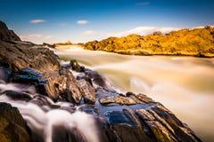 Exposição longa das cascatas no Rio Potomac no Pa de Great Falls Fotografia de Stock