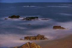 Exposição longa das cremalheiras da praia fotografia de stock royalty free