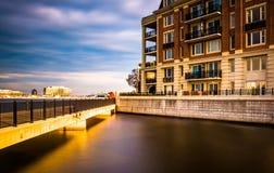 Exposição longa de condomínios da ponte e da margem no interno Foto de Stock