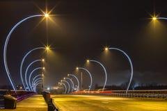 A exposição longa do carro ilumina-se na ponte Fotografia de Stock