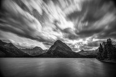 A exposição longa do lago muitas glaciers nubla-se no b&w fotos de stock royalty free