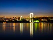 Exposição longa do marco famoso a ponte do arco-íris no Tóquio imagem de stock royalty free