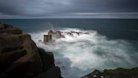 Exposição longa do penhasco islandês do basalto foto de stock