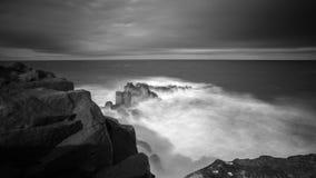 Exposição longa do penhasco islandês do basalto imagem de stock