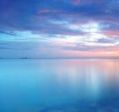 Exposição longa do por do sol macio e colorido imagem de stock