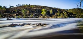 Exposição longa do rio raging fotografia de stock
